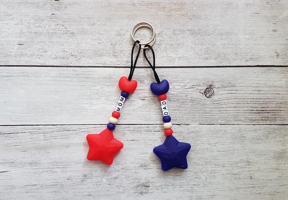 Mom-Dad egyedi kulcstartó szett (piros_kek_bezs)